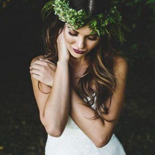 Nos encanta esta combinacin de tocado greenery y labios cerezahellip